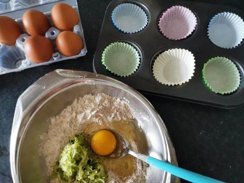 preparazione di un muffin per cani