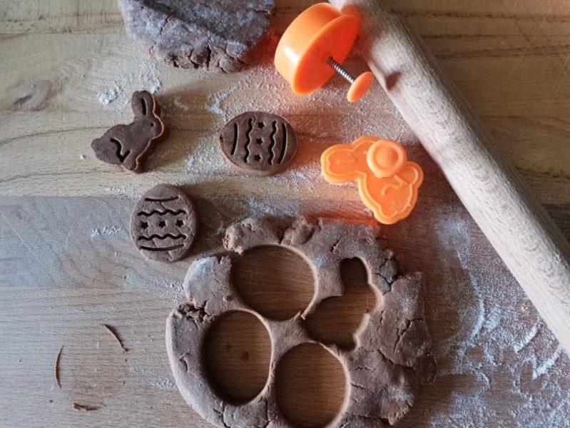 carruba ricette - preparazione biscotti con farina di carrube